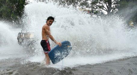 Κυκλώνας και καταρρακτώδης βροχή πλήττουν τις ακτές της χώρας