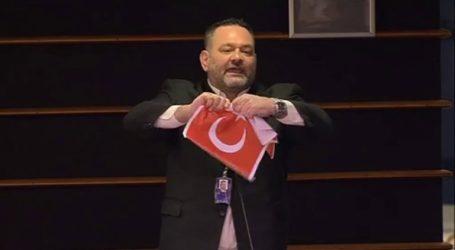 Το Ευρωκοινοβούλιο επέβαλλε κυρώσεις στον Γ. Λαγό για το σκίσιμο της τουρκικής σημαίας