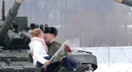 Πρόταση γάμου με άρματα μάχης σε σχήμα καρδιάς