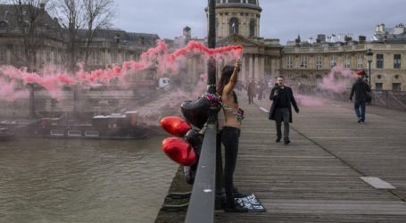 Ακτιβίστριες Femen αλυσοδέθηκαν σε γέφυρα στο Παρίσι για να καταγγείλουν τις γυναικοκτονίες
