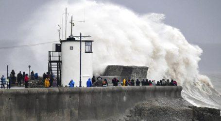 """Η καταιγίδα """"Ντένις"""" σφυροκοπά τη Βρετανία"""