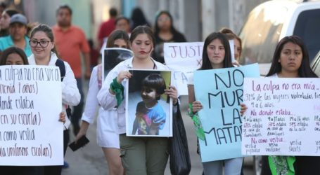 Δεκάδες γυναίκες διαδήλωσαν για τη δολοφονία ενός 7χρονου κοριτσιού