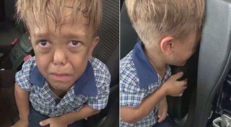 Ένα παιδί με νανισμό ζητά από τη μητέρα του ένα μαχαίρι για να αυτοκτονήσει