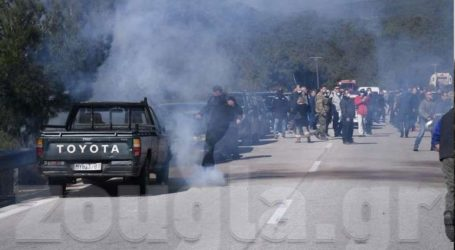 Live από το μπλόκο της Καράβας στη Λέσβο – Πυρκαγιά στο δάσος από δακρυγόνο
