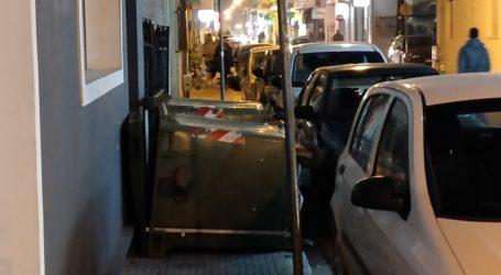 Απίστευτη εικόνα στο κέντρο του Βόλου – Έριξε τους κάδους για να παρκάρει