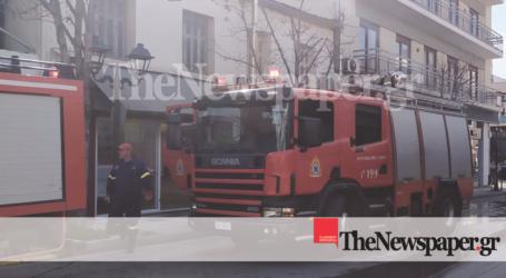ΤΩΡΑ: Φωτιά σε κατάστημα στο κέντρο του Βόλου [εικόνες]