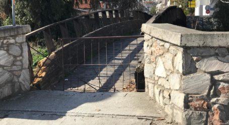 Αντιδράσεις κατοίκων στους Αγ. Αναργύρους από το κλειστό ξύλινο γεφυράκι [εικόνες]