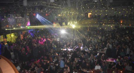 Η Λάρισα διασκέδασε μέχρι τελικής πτώσεως – Χιλιάδες κόσμου για την αναβίωση της disco στο πάρτι της χρονιάς (φωτο – βίντεο)