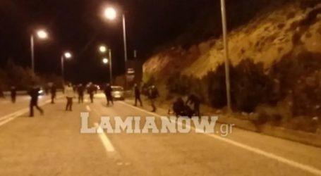 Δείτε βίντεο: Άγριος πετροπόλεμος στη Λαμία από οπαδούς της ΑΕΛ – Τραυματίστηκε αστυνομικός