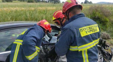 ΤΩΡΑ: Τροχαίο έξω από τον Βόλο – Αυτοκίνητο καρφώθηκε σε μπάρες