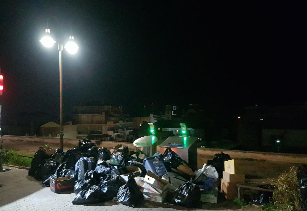 Δυσάρεστη εικόνα στο Φρούριο στη Λάρισα: Όγκος απορριμμάτων στον λόφο (φωτο)