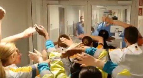 Νοσηλευτές τραγουδούν «You'll never walk alone» στους γιατρούς (vid)