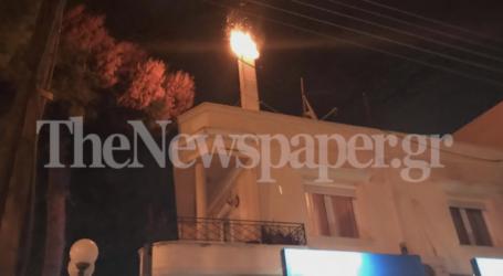 ΤΩΡΑ: Φωτιά σε καμινάδα σπιτιού στον Βόλο [εικόνες]