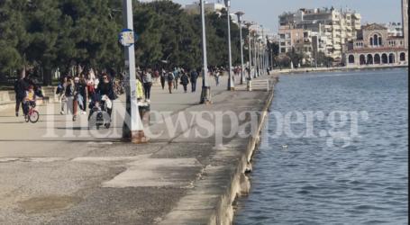 Με βόλτα στην παραλία «ξορκίζουν» τον κορωνοϊό οι Βολιώτες [εικόνες]