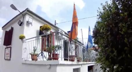 Λεχώνια: Ο εθνικός ύμνος ακούστηκε σε όλο το χωριό εν μέσω καραντίνας [βίντεο]