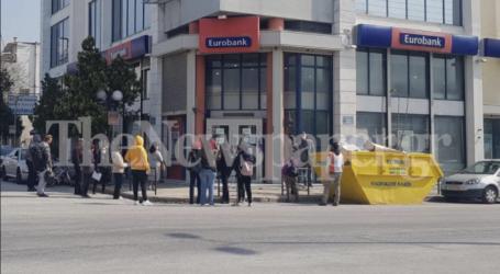 «Ουρές» και σήμερα στις τράπεζες του Βόλου – Δείτε εικόνες