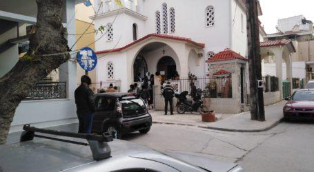 Ουρά πιστών σήμερα Κυριακή σε εκκλησία στο κέντρο της Λάρισας παρά τα μέτρα για τον κορωνοϊό – Η εικόνα σε άλλους Ι.Ν. (φωτο)