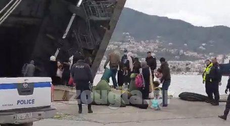 Εκατοντάδες μετανάστες επιβιβάζονται στο αρματαγωγό του Πολεμικού Ναυτικού στο λιμάνι της Μυτιλήνης
