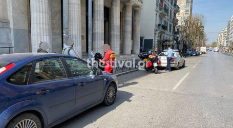 Αυτοκίνητο συγκρούστηκε με μοτοσικλέτα στο κέντρο της Θεσσαλονίκης