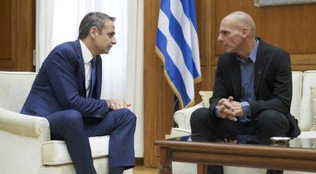 Τηλεδιάσκεψη πρωθυπουργού με τον Γιάνη Βαρουφάκη