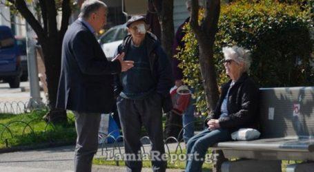 Ο δήμαρχος βγήκε να «μαζέψει» τους ηλικιωμένους από την πλατεία