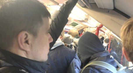 Στριμωγμένοι οι κάτοικοι του Λονδίνου στο μετρό
