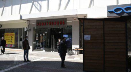 Ξύλινο σπιτάκι τοποθετήθηκε έξω από το κτίριο του πρώην ΙΚΑ προκειμένου να αποφευχθεί ο συνωστισμός των προηγούμενων ημερών (φωτο)