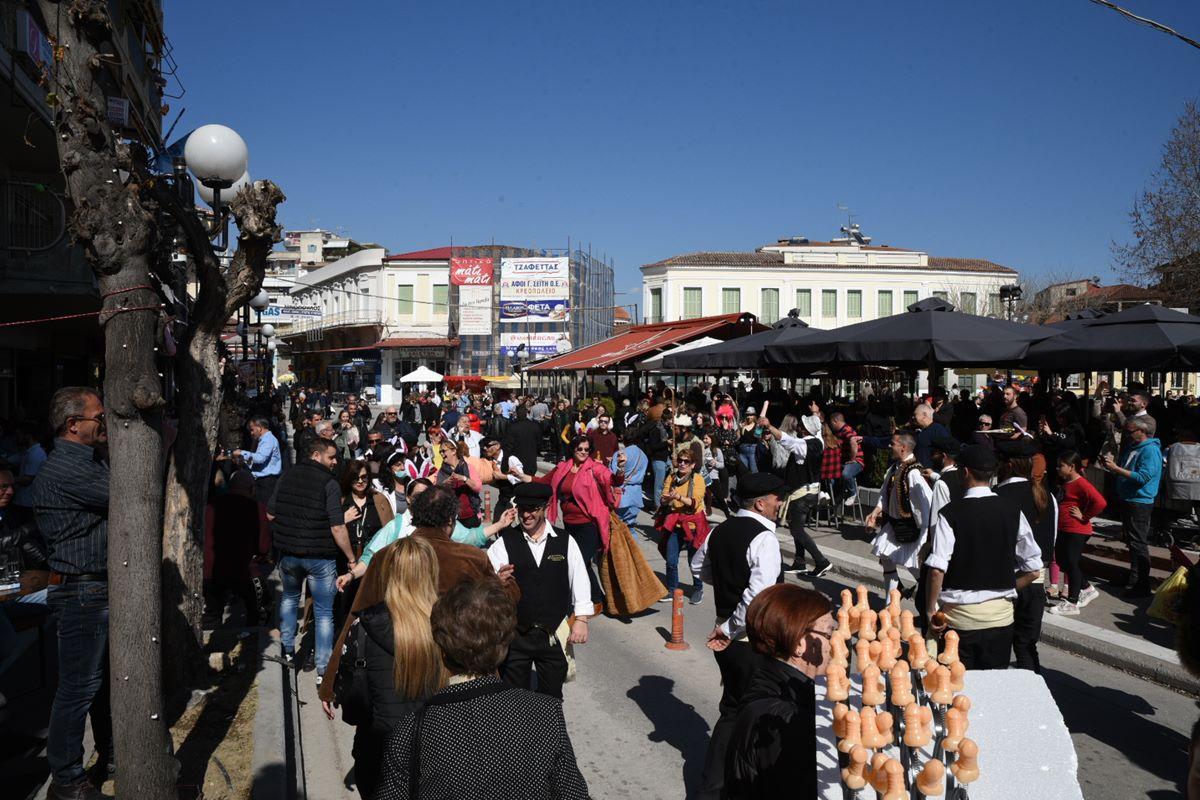 Άναψε το γλέντι στον Τύρναβο - Χοροί και τραγούδια στο πατροπαράδοτο Μπουρανί (φωτο - βίντεο)