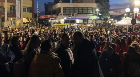 Δεν τους πτοεί ο κορωνοϊός – «Ξεχύθηκαν» στους δρόμους οι καρναβαλιστές του Τυρνάβου (φωτο – βίντεο)