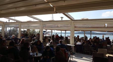 Οι Βολιώτες αψήφησαν τον κορωνοϊό και βγήκαν για καφέ στην παραλία [εικόνες]