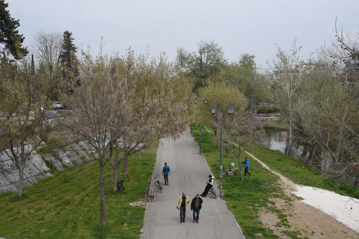 Η εικόνα το πρωί της Κυριακής στον Πηνειό με τις βόλτες των Λαρισαίων (φωτο)