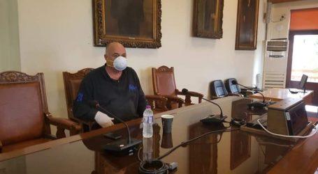 Σύσκεψη στον Δήμο Βόλου για τον κορωνοϊό – Με μάσκα ο Μπέος [εικόνες]