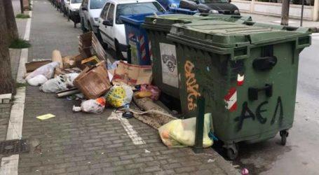 Κάδοι για… διακόσμηση – Λαρισαίοι πετούν τα σκουπίδια τους στο δρόμο (φωτο)