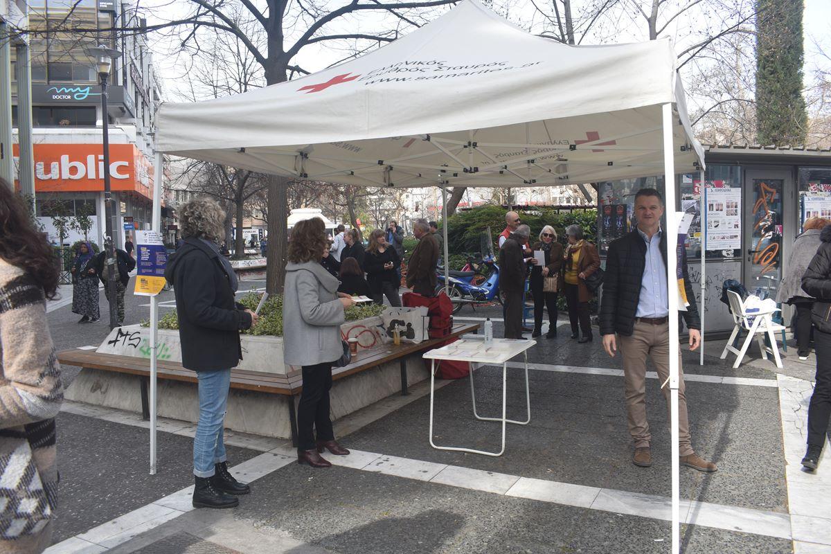 Λαρισαίοι ενημερώνονται στην Κεντρική πλατεία για τον κορωνοϊό (φωτο - βίντεο)