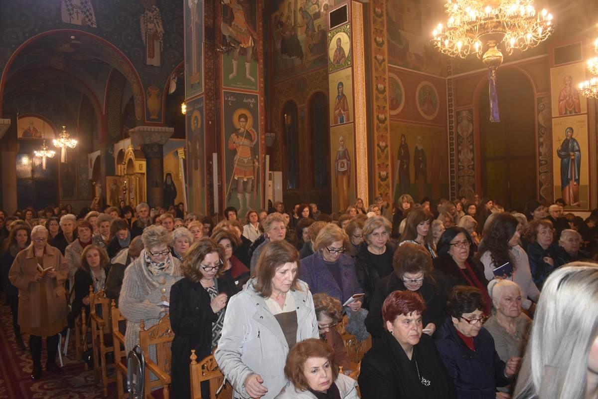 Αψήφησαν το κλίμα φόβου λόγω κορωνοϊού οι πιστοί και γέμισαν τις εκκλησίες της Λάρισας (φωτο)