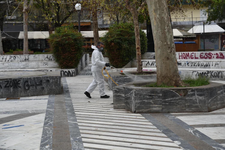 Και... τρακτέρ επιστράτευσε ο δήμος Λαρισαίων για να απολυμάνει τις πλατείες - Δείτε φωτορεπορτάζ