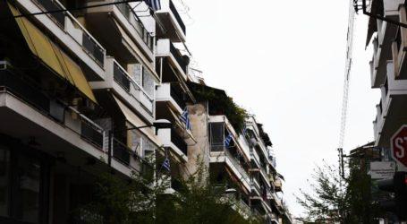 Εθνική επέτειος: Πλημμύρισαν γαλανόλευκες τα μπαλκόνια των Λαρισαίων – Δείτε φωτορεπορτάζ