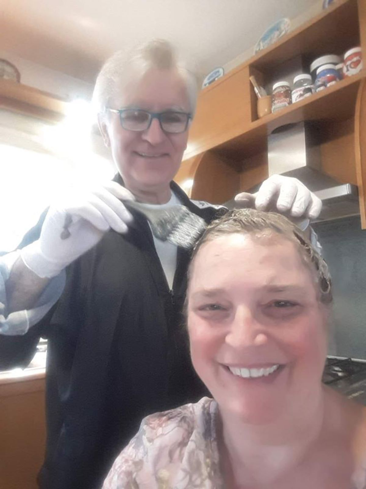 Λαρισαίος δημοτικός σύμβουλος αυτοτρολάρεται ανεβάζοντας φωτογραφία να βάφει την κώμη της συζύγου του (φωτο)