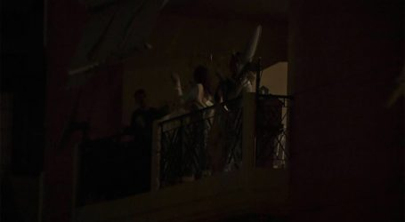 Οι Βολιώτες βγήκαν στα μπαλκόνια και χειροκρότησαν τους γιατρούς που δίνουν μάχη με τον κορωνοϊό [βίντεο]