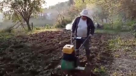 Ο Μάκης Θεοδώρου οργώνει το χωράφι του – Δείτε το βίντεο
