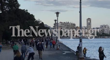 Οι Βολιώτες «ξορκίζουν» τον κορωνοϊό με βόλτα στην παραλία – Δείτε φωτορεπορτάζ