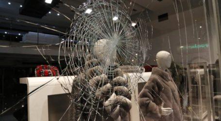 Συνεχίζουν να σπάνε βιτρίνες σε καταστήματα του Βόλου – Χειροπέδες σε έναν κλέφτη εν μέσω καραντίνας