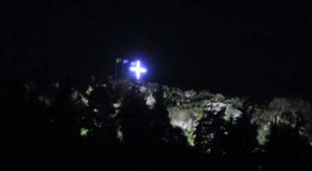 Ομάδα νεαρών Φαρσαλινών φωταγώγησε τον Σταυρό στο βουνό και το αποτέλεσμα εντυπωσιάζει