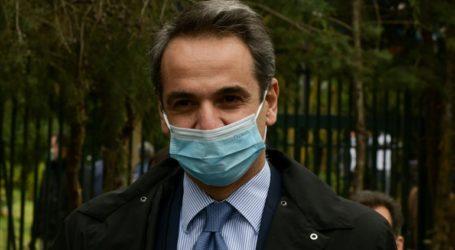 Στο νοσοκομείο «Σωτηρία» με μάσκα ο Κυρ. Μητσοτάκης