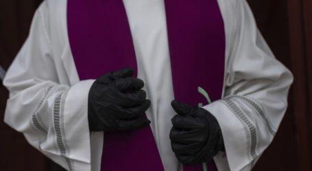 Ιερέας εξομολογεί τους πιστούς στο… πάρκινγκ της εκκλησίας