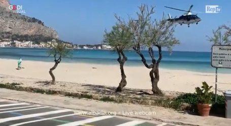 Ελικόπτερο της Αστυνομίας διώχνει λουόμενο από την παραλία