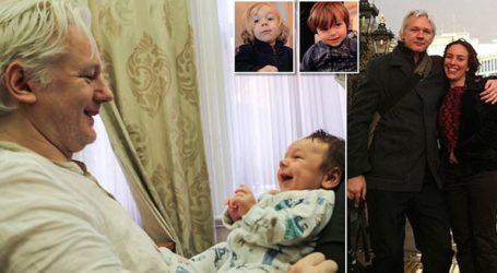 Ο Ασάνζ απέκτησε δύο παιδιά με μία συνήγορό του όσο βρισκόταν στην πρεσβεία του Ισημερινού