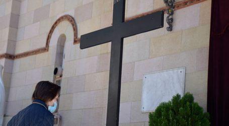 Iερέας επέτρεψε το προσκύνημα των πιστών στον επιτάφιο παρά την απαγόρευση