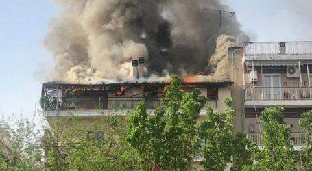 Τρίκαλα: Φωτιά σε κεραμοσκεπή πολυκατοικίας