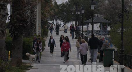 Πολίτες βγήκαν για βόλτα στον Φλοίσβο παρά την απαγόρευση κυκλοφορίας